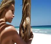 Show softcore en solo sur la plage