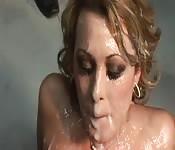 Rubia perfecta se masturba antes de comer pollas