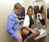 Sgualdrina seduce uccello nel bagno dell'ufficio