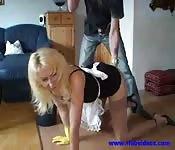 Une cougar servante baisée par un jeune