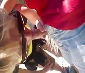Zorra con gafas de sol chupa polla al aire libre