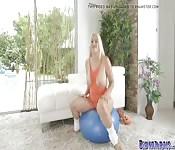 Blonde essaie de nouveaux exercices