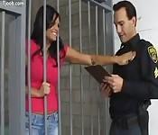 Questa prigioniera ama i distintivi della polizia