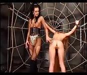 La maîtresse torture sa petite esclave rousse