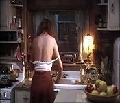 Heiße Mieze macht sich in der Küche obenrum frei