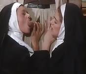 Monjas viciosas en la iglesia