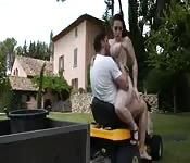Gärtner bumst Tochter des Kunden