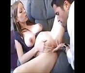 Sesso tra le tette per una bella ragazza minuta