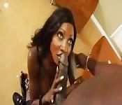 Une bite black pour cette fille noire