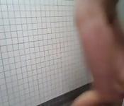 A Kendra piace giocare nella doccia della scuola