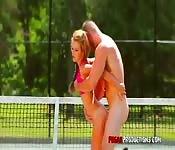 Baiser sur le court de tennis