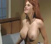 Tettona rossa in un video retro
