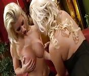 Deux salopes blondes s'amusent.