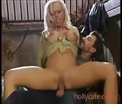 Une allemande sexy à grosse poitrine a une séance de chevauc...
