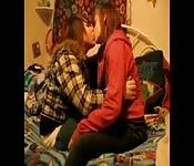 Filles s'embrassant sur un lit