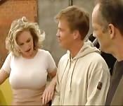 Blonde plantureuse baisée sur un chaniter