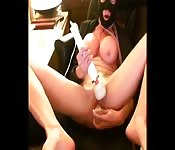 Une beauté masquée se touche devant sa webcam