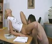 Elle baise son professeur mature dans son bureau