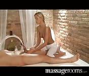 Una giovane massaggiatrice bionda