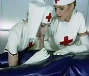Soins intensifs de deux infirmières sexy