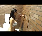 Glory Hole per Amy in un bagno elegante