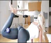 Blondine mit Knackpo beim Sport