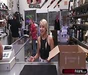 Hot Blonde chik loves sucking pawndudes cock