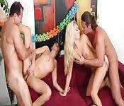 La festa comincia con un'orgia