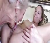 Lesbienne plus âgée aime les jeunettes
