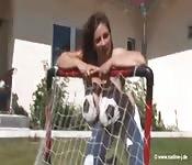 Una fan tettona si disegna le palle sul petto