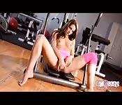 Elle devient excitée et se masturbe dans la salle de gym