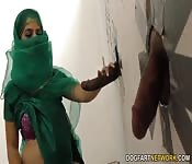 Arabisches Girl wird an Gloryhole von dickem Pimmel gefickt