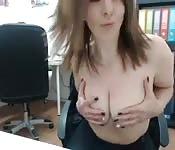 Metiéndose los dedos en la oficina