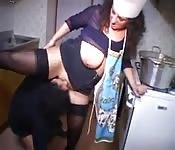 Une grosse se fait mettre dans la cuisine