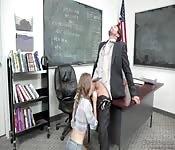 Elle tire avantage de son prof