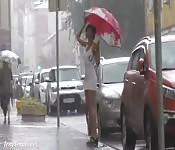 Une brunette sexy filmée en public