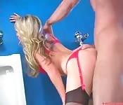 Segretaria si scopa il capo in bagno