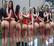 Équipe de foot sexy montre leurs culs