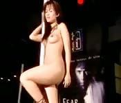 Strip teaseuse asiatique nous montre ses talents