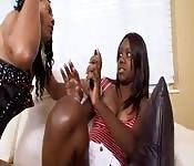 Mamma insegna alla figlia a mangiare figa