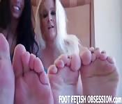 Una donna cazzuta si fa coccolare i piedi