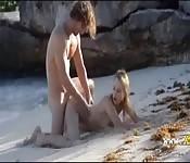 Deux jeunes font l'amour sur une plage paradisiaque