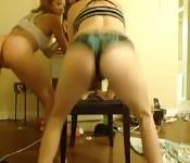 Dolci troie teenagers giocano davanti alla telecamera