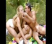 Zwei heiße Luder bei Fickpicknick