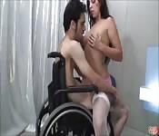 Morena folla con un tío en silla de ruedas