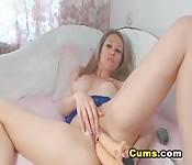 Una ragazza arrapata si fotte il culo e la figa