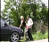 Garce blonde aimant baiser hors de la voiture
