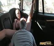 Il ramasse une pornstar japonaise et en profite à fond