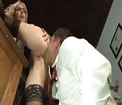 Une blonde se prend la bite de son patron