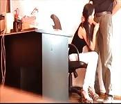 Cette jolie secrétaire connait sa place